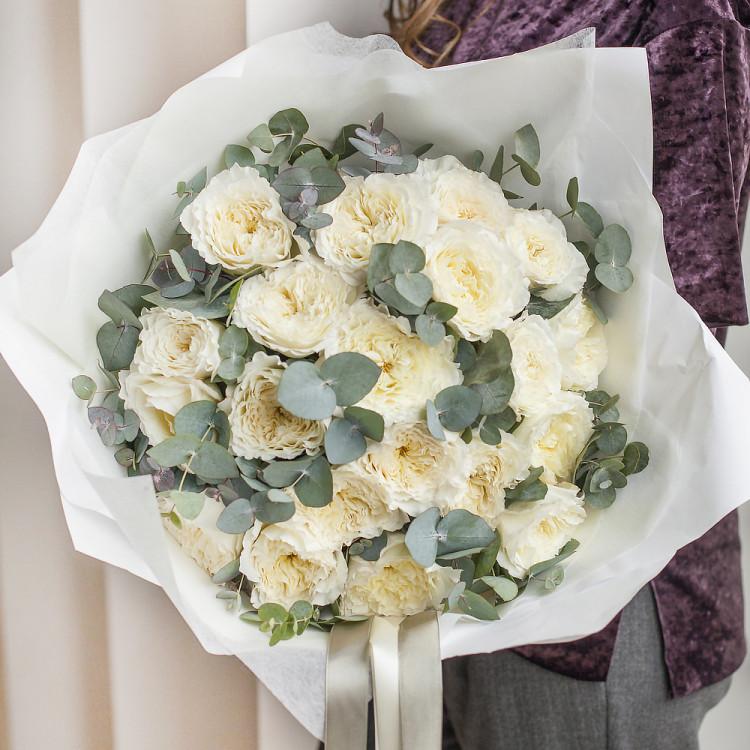 Розы пионовидные Дэвид Остин Пейшнс с эвкалиптом