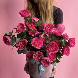 Розы Баронесса в шляпной коробочке