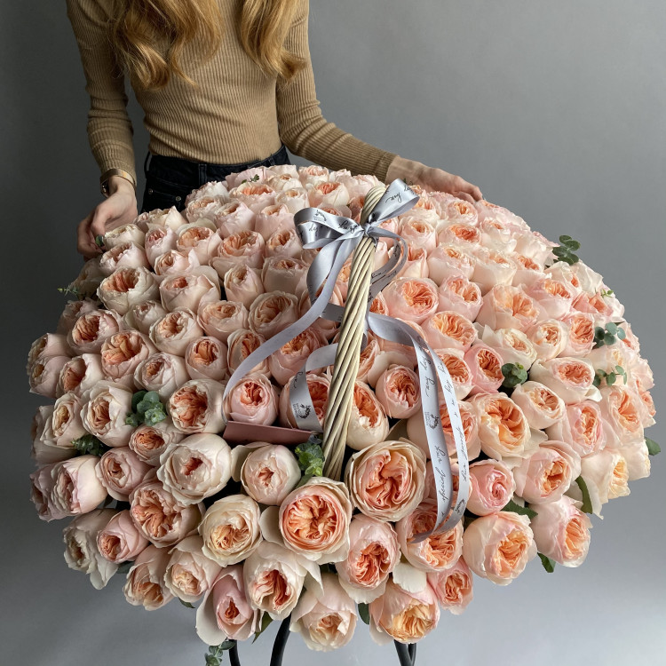 Пионовидные розы Джульетта в корзине