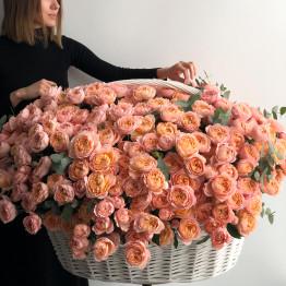 Кустовые пионовидные розы Джульетта в корзине