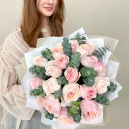 Пионовидные розы Кейра с эвкалиптом