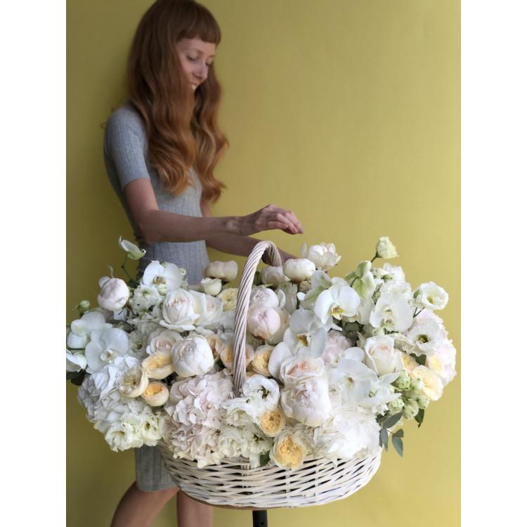 Цветочная корзина с белой орхидеей