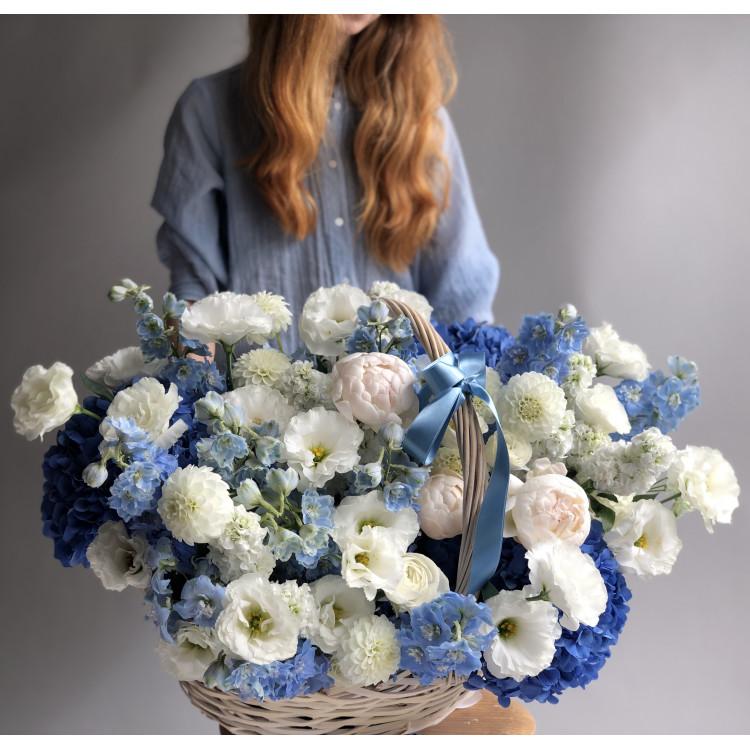 Цветочная корзина с небесно-голубой гортензией