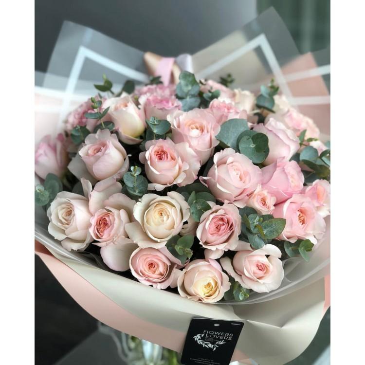 Розы пионовидные Дэвид Остин Кейра с эвкалиптом