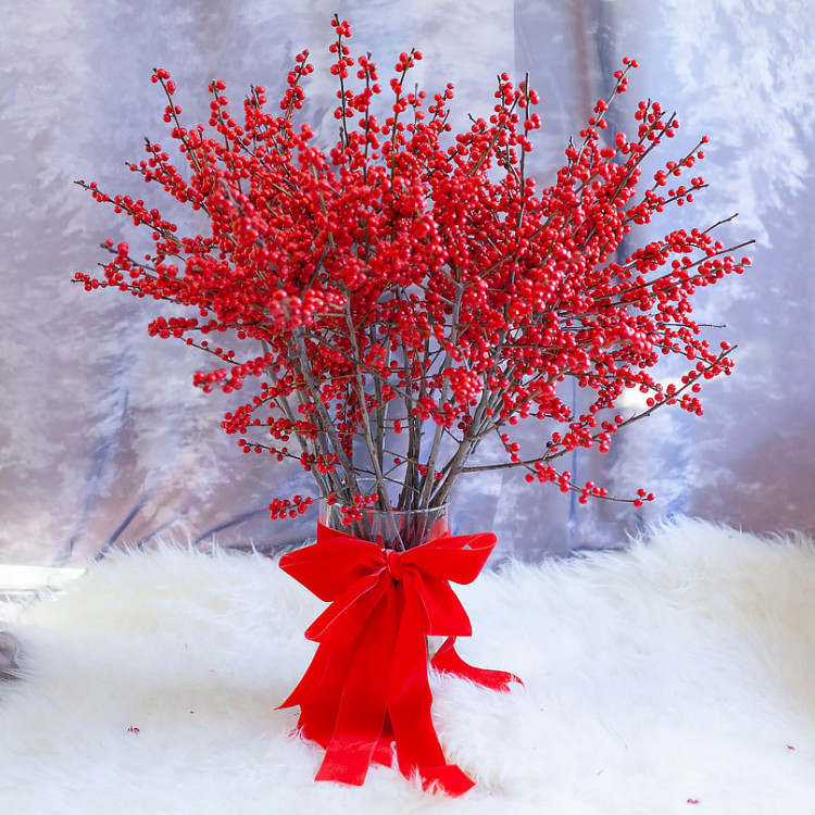 Илекс красный зимний в вазе